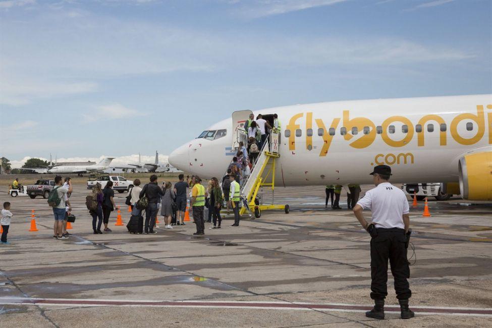 43190-a-un-avion-de-flybondi-se-le-cayo-un-motor-antes-de-despegar